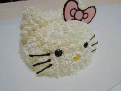日本で一番有名な白猫を模ったケーキ