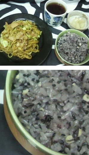 黒の雑穀米と焼きそば