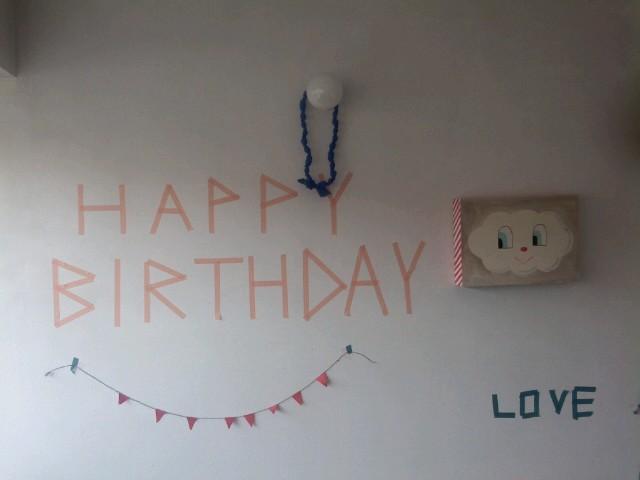 壁にかわいくHAPPY BIRTH DAYの文字