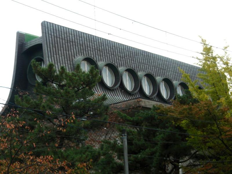 P1010032_01 平野美術館窓 秋 800x600.jpg