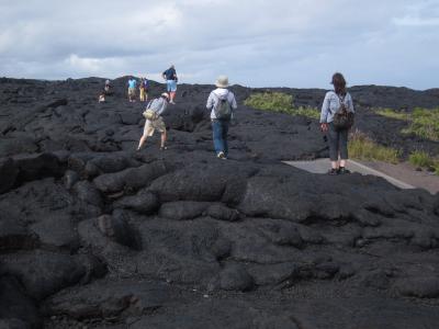 道を覆う溶岩