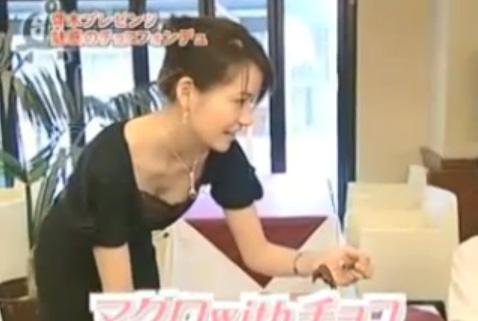 【放送事故画像】青木裕子 胸の谷間アピール!乳首まで見えてる!