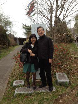 絵本美術館正面池田直樹さんと私写真