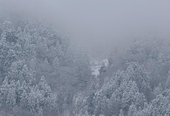 雪降る山-2