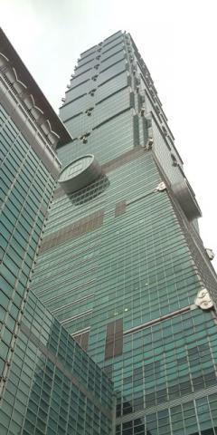 【台北】101タワー地上より見上げた所