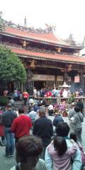 【台北】龍山寺で厳粛にお祈りをしていました