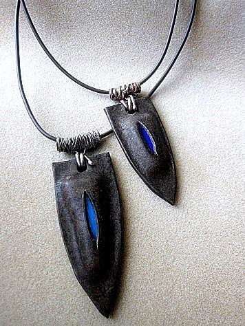 革のペンダント(青い盾) 014