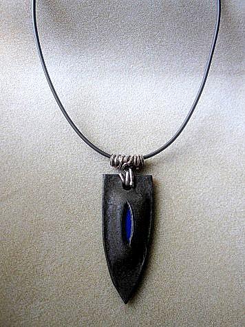 革のペンダント(青い盾) 006