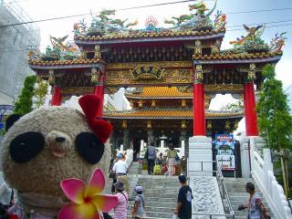 関帝廟入口で記念撮影