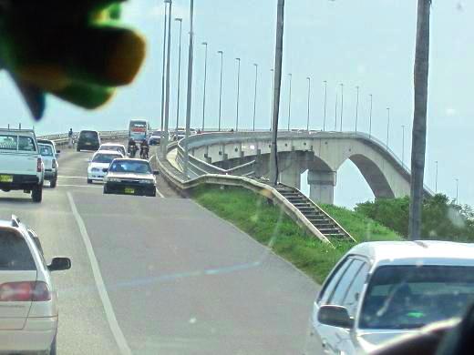 パラマリボに入る前の橋