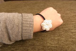 腕に花ゴム