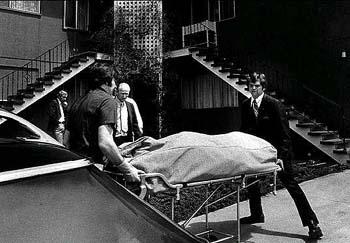 運び出される母クラーネルの遺体