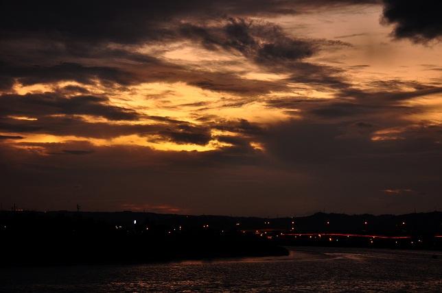 日没後の河川公園(1)