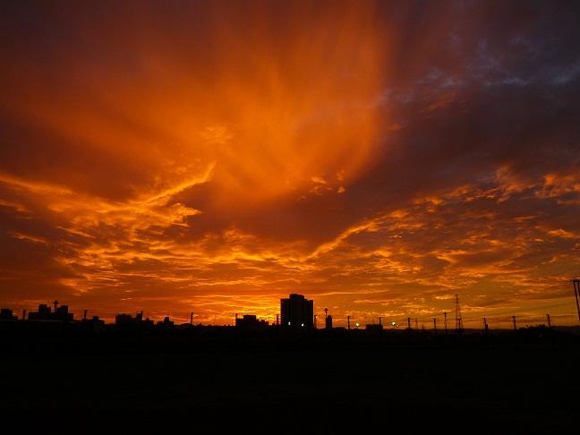 夕日に染まる河川グランド(1)