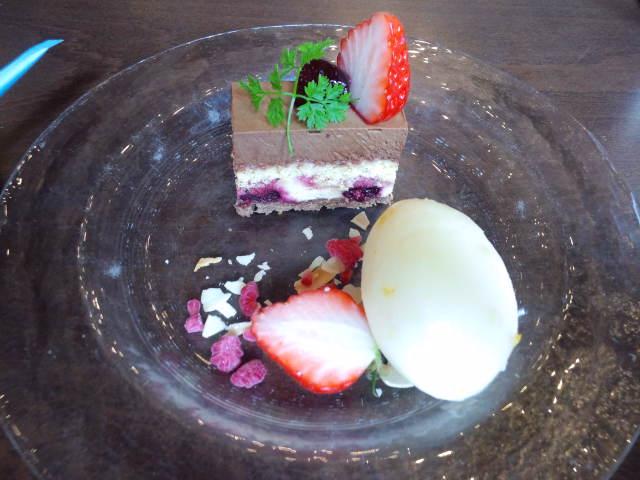 ピスタチオ入りチョコケーキと柚子アイス