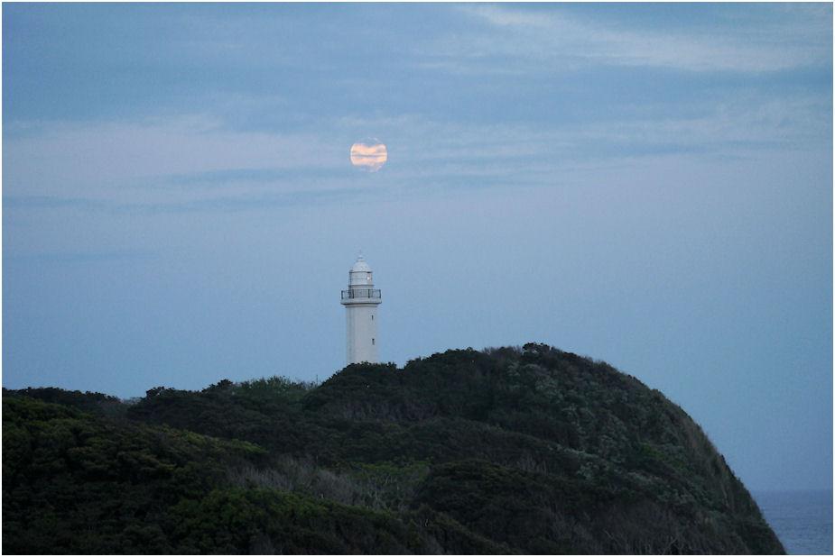 灯台に満月