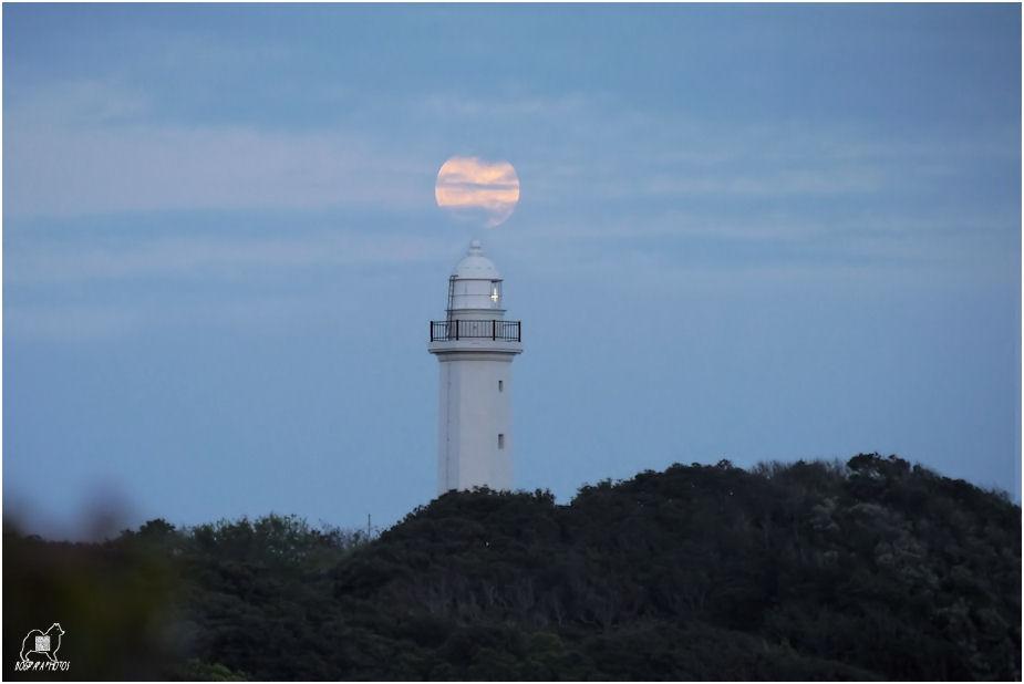 灯台に満月合成