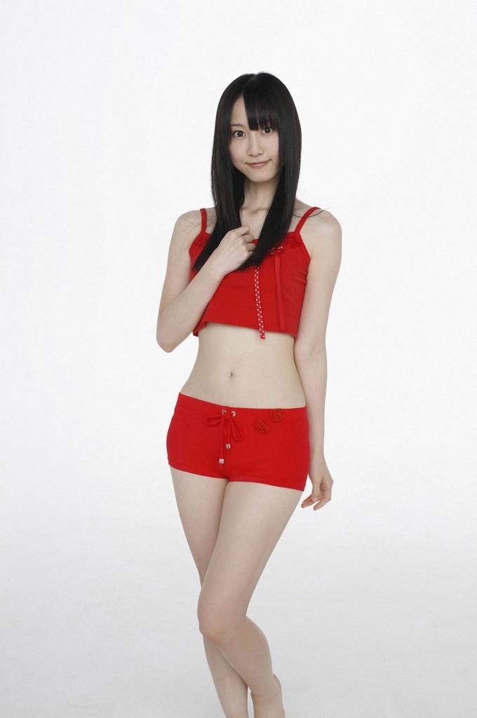 赤い水着の松井玲奈さん