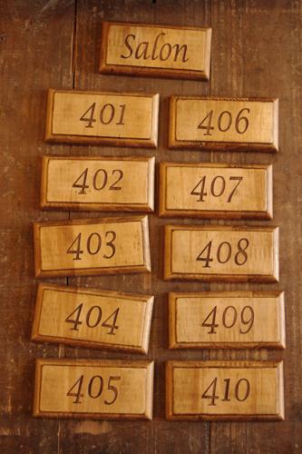 ナチュラルな木製ドアプレート