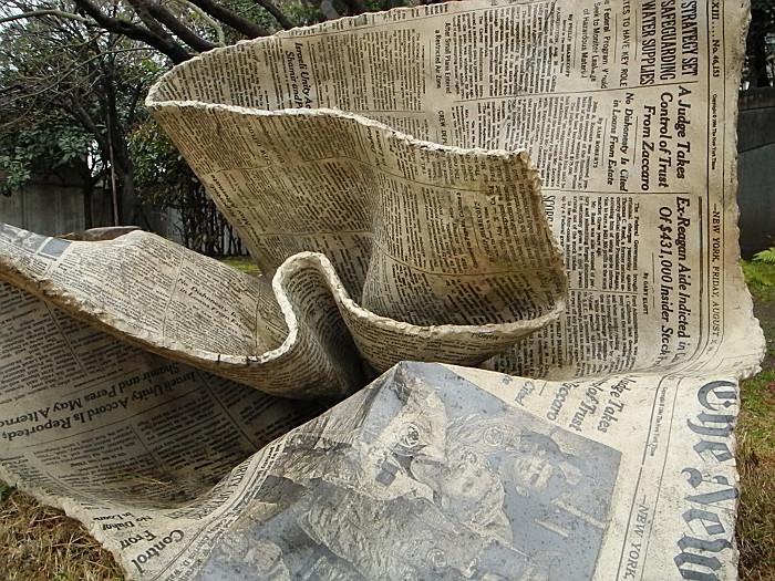 折りたたまれた英字新聞