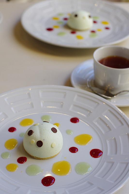 キウイとミルクチョコのムース・カラフルな水玉ソースと共に