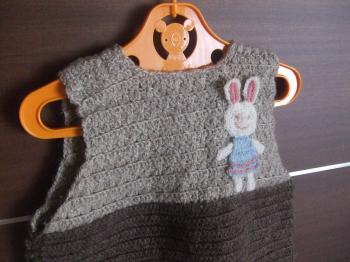 初めての子供服 編み物ベスト(後ろ)