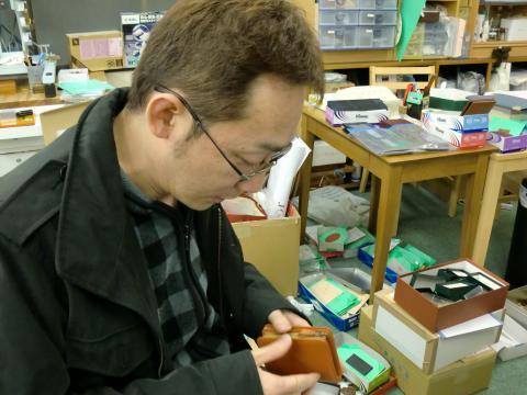名入れマシン弐号機初仕事!財布に金箔押しで名入れです!