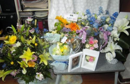 祭壇の下にも、たくさんのお花たち