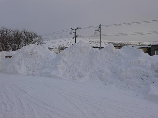 120220本館前の雪山