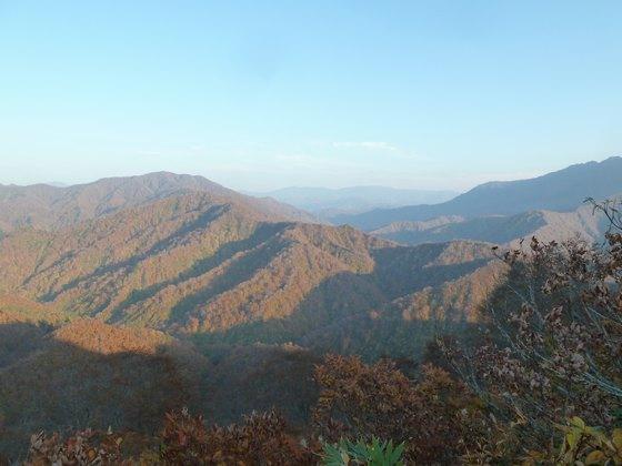枝折峠から銀山平方面の紅葉を眺める
