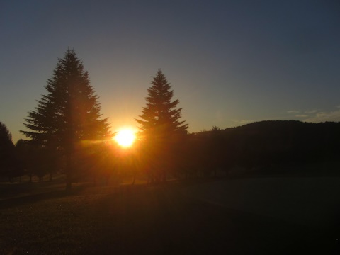 秋の高原 日の出