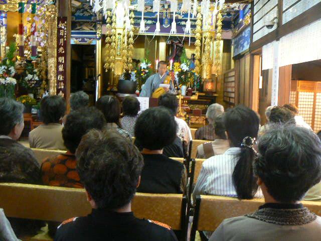 1日伝道講話を聴く聖徒