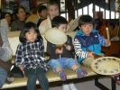 団扇太鼓をたたく子供