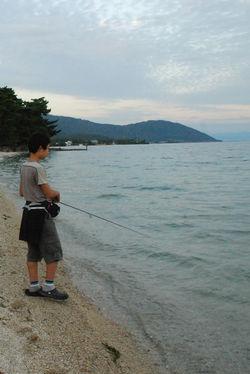 琵琶湖と男の子50