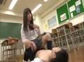 同級生の男子生徒を虐めるJK