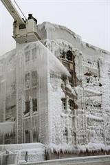 火災現場が氷の館に、寒波で放水たち まち凍る