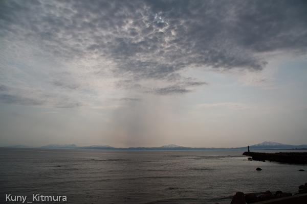 鱗雲と知床の山々