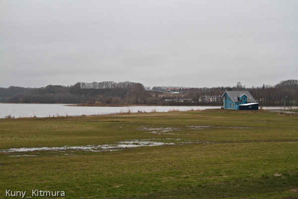 湖畔の青い家