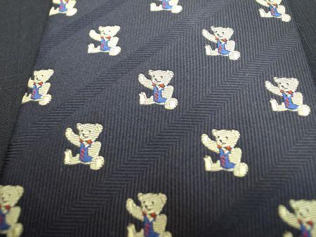 熊柄のネクタイ紺色