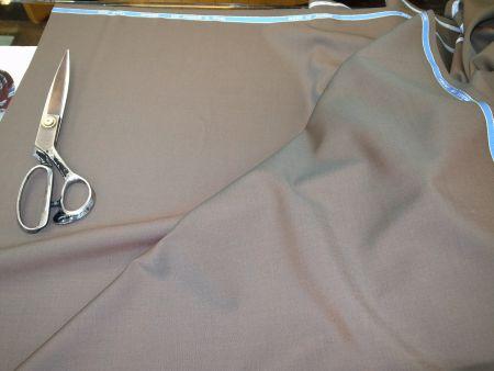 玉虫色に光るスーツ生地