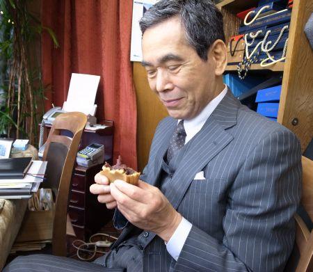 太郎焼を食べる店長