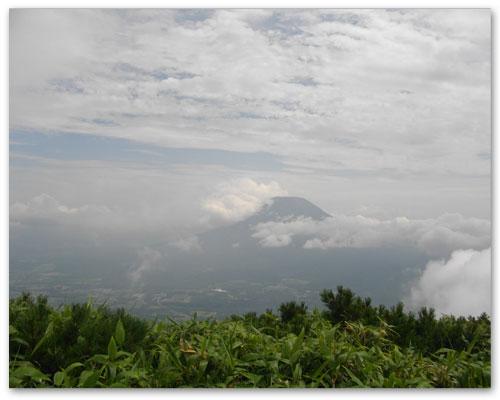 羊蹄山雲の中