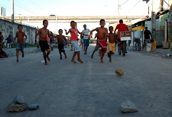 Crianca_futebol_barrinha_560.jpg
