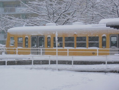 電車図書館に雪