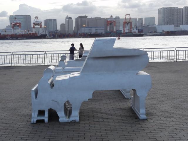 横からはピアノ