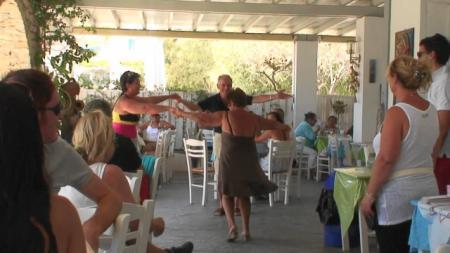 パロス ビーチのタベルナでのグリークダンス