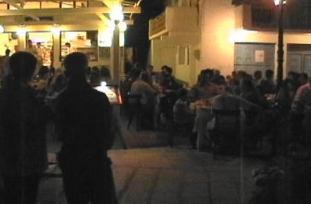 タベルナ入り口で待つ人たち