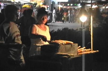 トウモロコシを売る夜の屋台