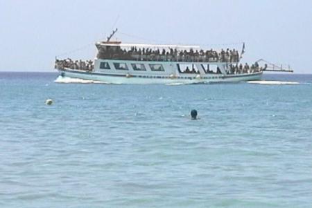 ビーチ沖を通る周遊ボート