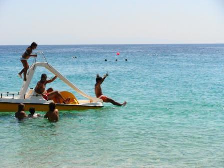 プロコピオスビーチの滑り台ボート